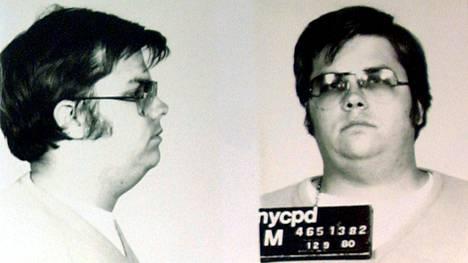 Mark David Chapman oli 25-vuotias, kun hän surmasi Lennonin. Chapmanin pidätyskuva.