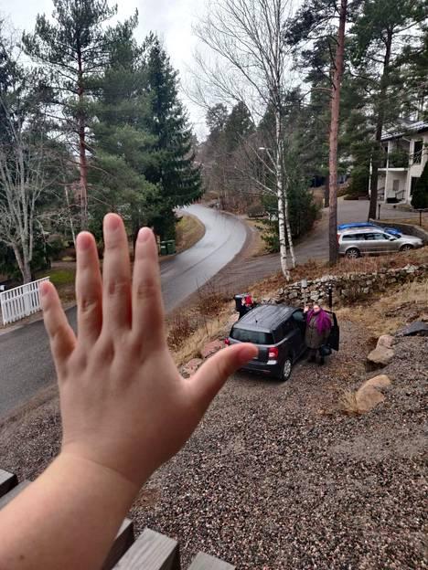 Tuike Järven naapurissa asuvat äiti ja sisko lähtivät kauppaan.