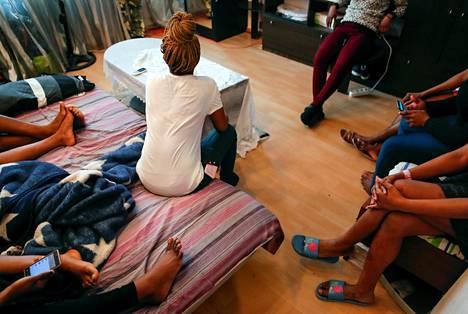 Ihmiskauppiaiden kynsistä pelastettuja nuoria nigerialaisia naisia majoittui Moskovassa helmikuussa.