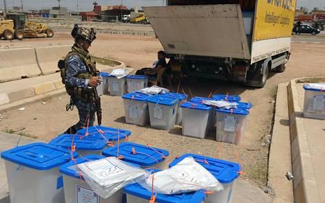 Irakin turvallisuusjoukkojen jäsen vahti vaaliuurnia Kirkukissa toukokuun alussa.