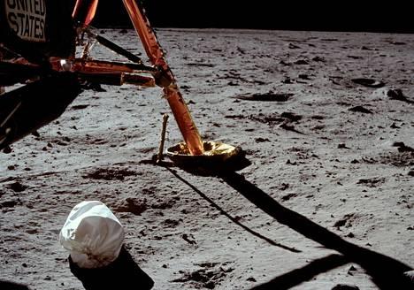Neil Armstrongin ottamassa valokuvassa näkyy pussi, jollaisiin astronautit panivat ylimääräiseksi käynyttä tavaraa, roskia ja virtsapusseja.