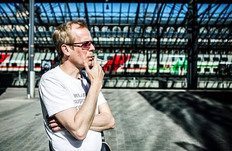 Timo Huttunen otti Helsingin rautatieasemalla vielä yhdet henkoset sunnuntaina ennen junamatkaa Turkuun.