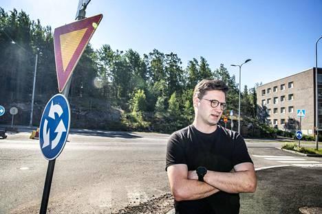 Koirasaarentiellä asuva Eero Pitkänen ymmärtää kymmenen vuoden olevan rakentamisessa lyhyt aika kaupungille, mutta asukkaiden näkökulmasta tilanne on toinen.