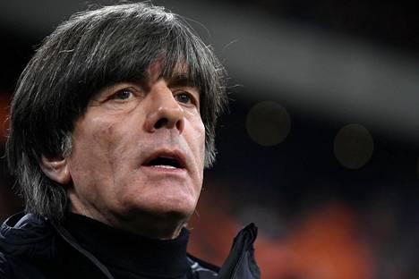 Saksan jalkapallomaajoukkueen päävalmentaja Joachim Löw loukkaantui pudotettuaan käsipainon rintakehänsä päälle kuntosalilla.