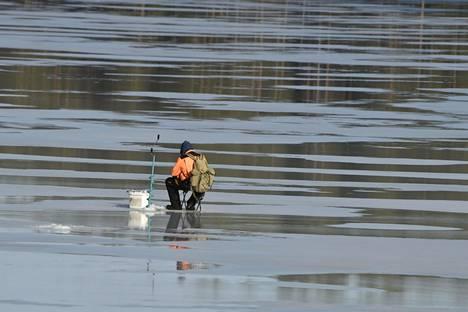Ilmastonmuutos vaikeuttaa järvien jäätymistä ja lisää myös tuulisuutta talvisin, mikä on myös merkittävä asia jäiden kehittymisen kannalta. Kuvassa mies pilkillä järven jäällä Pieksämäellä 18. maaliskuuta 2020.