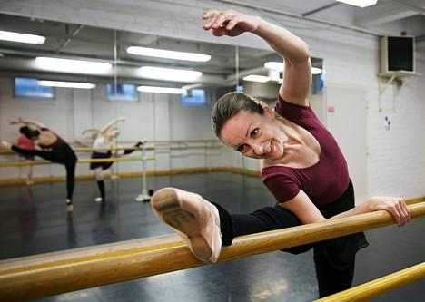 Helsingin Tanssiopiston tunneilla käyvä Kirsi Nevalainen on harrastanut balettia 25 vuotta.