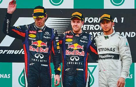 Mark Webber (vas.) oli myrtynyt, koska Sebastian Vettel (kesk.) ei noudattanut tallimääräystä Malesiassa. Oikealla on Lewis Hamilton.