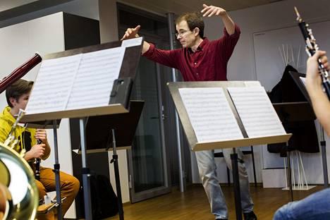 Huilumusiikin lehtori Petri Alanko harjoitutti Sibelius Akatemian ensimmäisen vuoden opiskelijoiden puhallinkvintettiä Musiikkitalossa vuonna 2014.