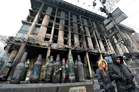 Pariskunta kulki tyhjien polttopullojen ohi Itsenäisyydenaukiolla Kiovassa lauantaina.