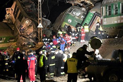 Kahden junan yhteentörmäys tapahtui Szczekocinyn kaupungin lähellä Sleesiassa lauantaina iltayhdeksän aikaan.