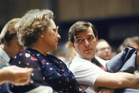 Marjatta Väänänen ja Paavo Väyrynen keskustapuolueen puoluekokouksessa Turussa 14. kesäkuuta 1980. Tässä kokouksessa Paavo Väyrynen valittiin puolueen puheenjohtajaksi.