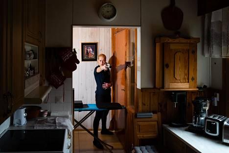 Ammuntarata kulkee eteisestä keittiön läpi.