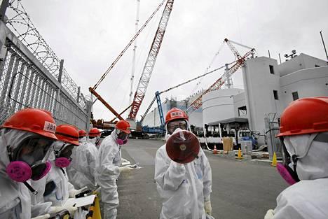 Ydinvoimalan työntekijä kertoi suoja-asuisille toimittajille Fukushiman ykköreaktorin tilasta maaliskuun alussa.