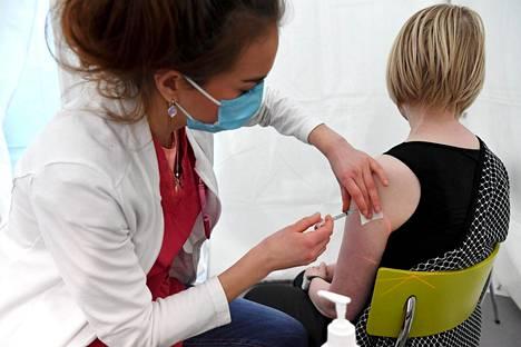 Tapiolan terveysasemalla Espoossa annettiin Pfizerin ja Biontechin rokote tammikuun lopulla.