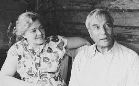 Boris Pasternak ja Olga Ivinskaja kuvattuina noin vuonna 1957. Pasternak sai Nobelin kirjallisuuspalkinnon 1958, muttei saanut ottaa sitä vastaan.