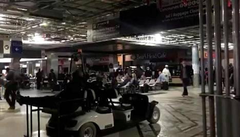 Atlantan lentokentällä jouduttiin suunnistamaan pimeässä.