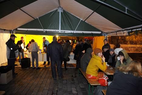 Viime vuonna asunnottomien yötä vietettiin Helsingissä, Hakaniemen torille pystytetyssä kahvilassa.