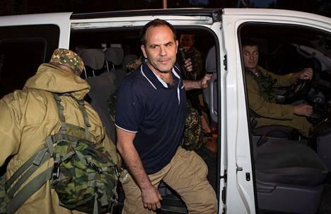 Yksi vapautetuista Etyjin tarkkailijoista saapumassa Donetskiin.
