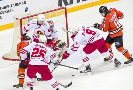 Jokerit hävisi Amur Habarovskille maalein 2–3. Tässä maalintekoa yritti Joonas Jalvanti.