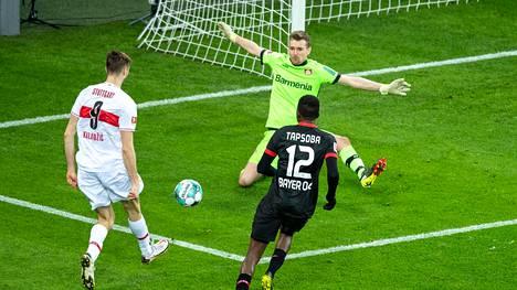 Stuttgartin Sasa Kalajdzic laukoi ja Lukas Hradecky yritti torjua lauantain Bundesliigan ottelussa.