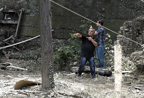 Aseistautuneet kaupungin työntekijät etsivät valkoista tiikeriä Tbilisissä keskiviikkona.
