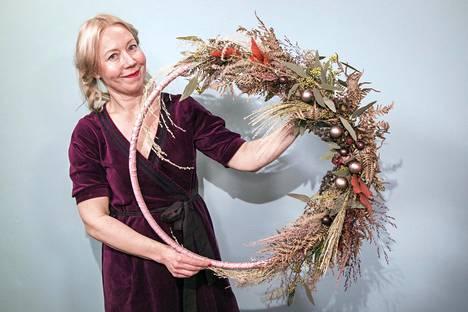 Saija Sitolahden tekemissä hulakranssissa on jouluvärien tilalla pehmeitä hygge-värejä: ruskeaa, vihreää ja vanhaa roosaa.