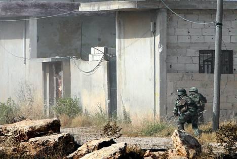 Syyrian armeijan sotilaita taistelemassa Qusairissa maanantaina.