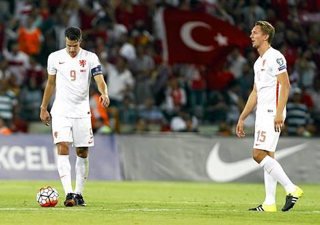 Robin van Persien (vas.) ja Luuk de Jongin päät painuivat sunnuntain Turkki-tappion jälkeen.
