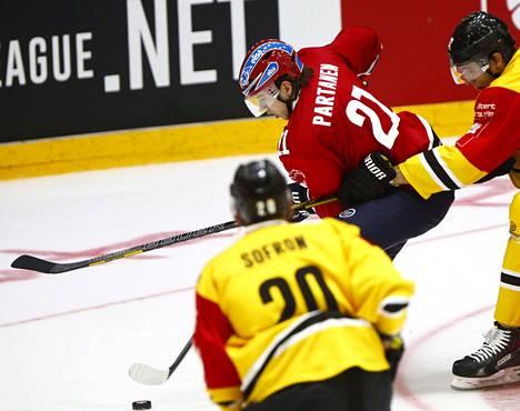 HIFK:n Mika Partanen murtautuu maalintekoon Krefeldin pelaajien välistä.