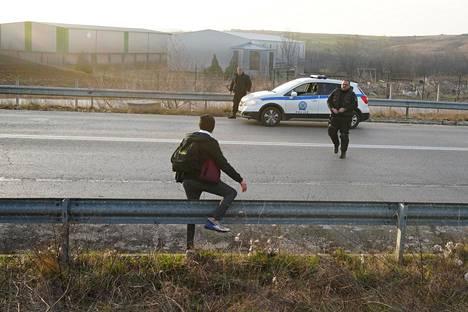 Kreikan poliisin erikoisjoukkojen partio tuli hakemaan afgaanipakolaisen tienvarresta noin kello 7.20 tiistaiaamuna Thourion kylässä Koillis-Kreikassa.