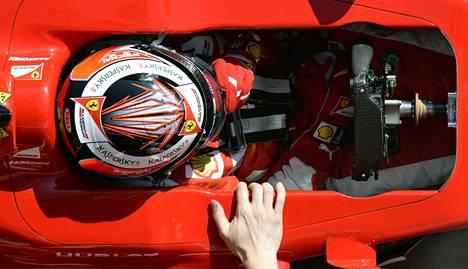 Kimi Räikkönen varikolla. Kypärän värityksen on tällä kaudella pysyttävä koko ajan samanlaisena.