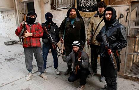 Radikaalin ääri-islamistiryhmän Jabhat al-Nusran jäseniä poseerasi valokuvaajalle joulukuussa Aleppossa Syyriassa.