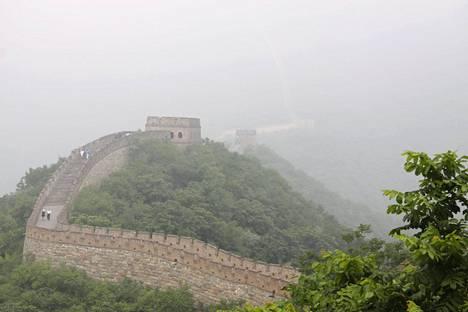 Pahimmillaan Kiinan muurilla on näkyvyyttä vain muutama metri savusumun takia.