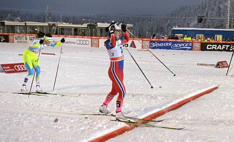 Norjan Marit Björgen voitti sprintin Rukalla ennen Slovenian Katja Visnaria.
