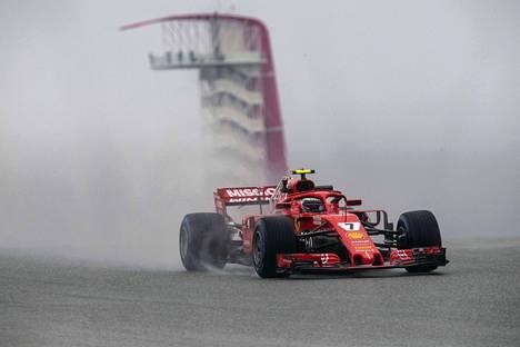 Vesi roiskui, kun Kimi Räikkönen ajoi ensimmäisissä harjoituksissa.