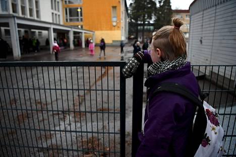 Helsinkiläiskoululainen menossa Pitäjänmäen peruskouluun Helsingissä maanantaiaamuna 16. maaliskuuta ennen kuin lähiopetusta koskevat rajoitukset otettiin käyttöön.