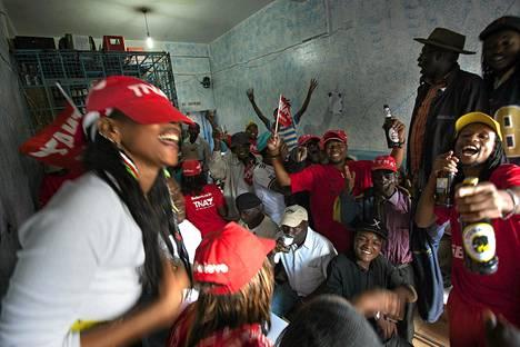 Kannattajat juhlivat Uhuru Kenyattan voittoa lähellä Nairobia lauantaina.
