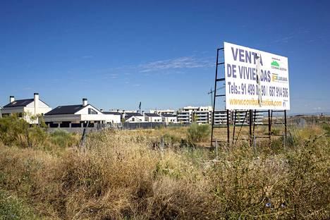 Uusia asuntoja rakennetaan ja on myytävänä pääkaupunki Madridin reuna-alueilla.