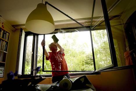 Ikkunoiden pesua. Valtaosa suomalaisista pitää kotitöitä sukupuolineutraaleina. Yhdysvalloissa asia on toisin, jopa kysyttäessä homoparien kotitöistä.