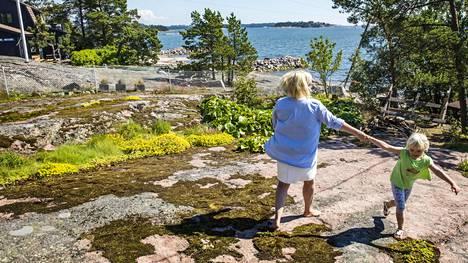 Kirsi ja Hilla Saarinen pyörivät mökkipihallaan Espoon ja ehkä koko Suomen tiiveimmin rakennetulla mökkialueella Vehkasaaressa. Verkkoaidan takana mökkeilee naapuri ja toisella puolen, yhtä lähellä, toinen.