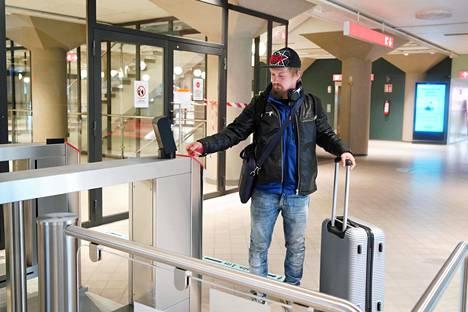 Suomessa työskentelevä puuseppä Markus Hunt matkusti Helsingistä Tallinnaan torstaina Ms Gabriellan ensimmäisellä lähdöllä.