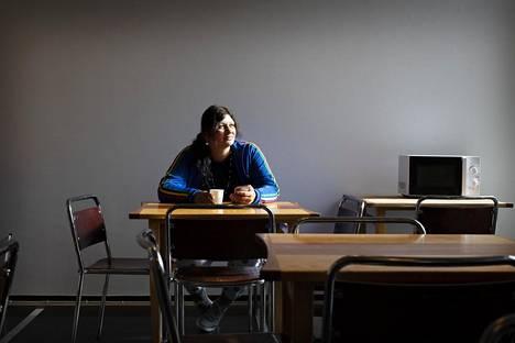 Päiväkeskus Hirundon ruokailutilassa istuu viisi vuotta sitten Suomeen muuttanut Elena Dima. Aamut ovat päiväkeskuksessa hiljaista aikaa.