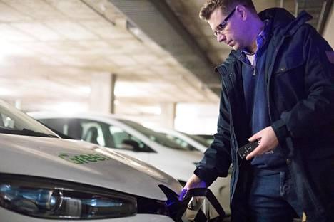 Lappeenrannan ilmastokoordinaattori Petri Kero käyttää kaupungin sähköautoa työpäivän aikana.