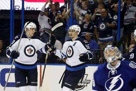 Patrik Laine (vas.) sai mieluisan kutsun NHL:n tähdistöotteluun.