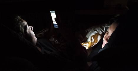 Mobiililaitteiden käyttö vaikuttaa tutkimusten mukaan unen määrään ja laatuun. Väsymystä taas pidetään yhtenä syynä siihen, että suomalaiset kertovat kyselyissä harrastavansa yhä vähemmän seksiä.