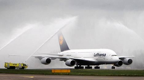 Lentoyhtiö Lufthansa kertoi tehneensä viime vuonna ennätyksellisen suuret tappiot.