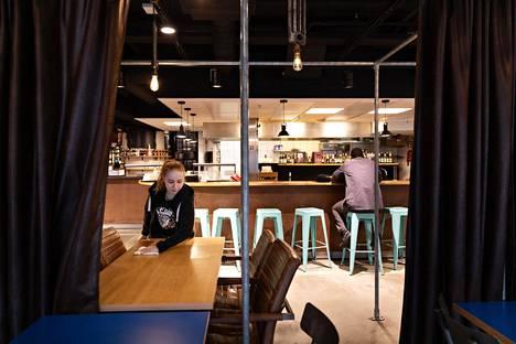 Suomen asioista päättävä hallitus suosittelee, että kaikki ravintolat ja kahvilat suljetaan. Ruokaa voisi yhä ostaa mukaan, mutta tiloissa ei saisi syödä.