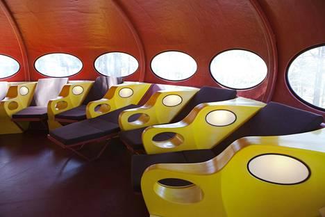 Sisäkuva WeeGeen pihalla olevasta Futuro-talosta.