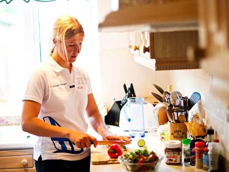 Sari Multala kokkasi salaattia, vaikka ruokakaapit olivat melkein tyhjät.
