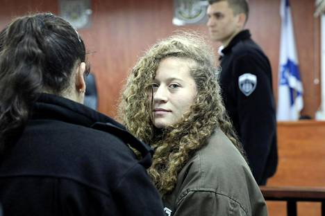 Ahed Tamimi tuotiin oikeuteen tammikuussa lähellä Ramallahia.